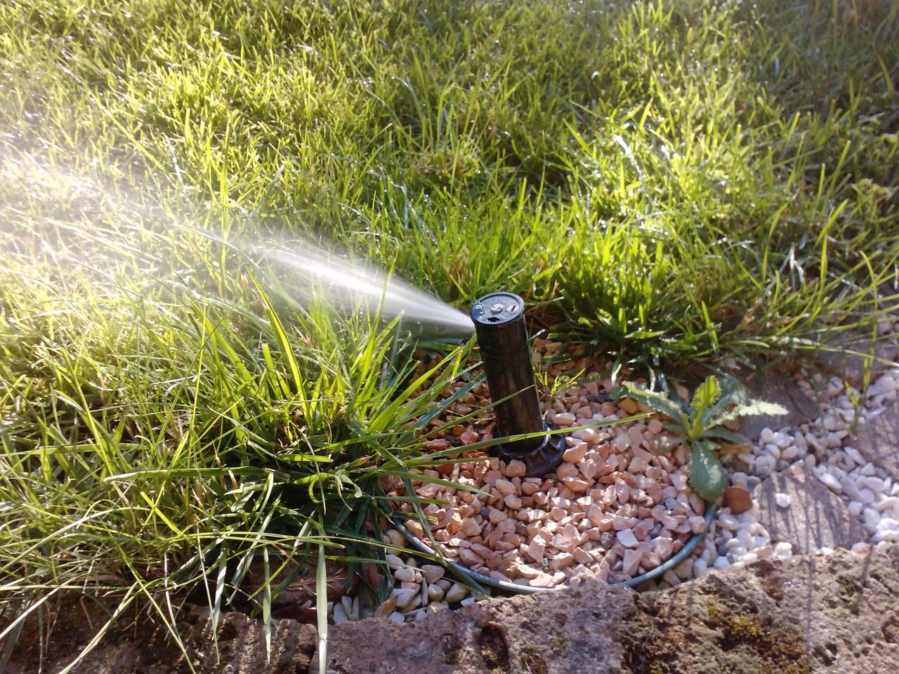 Come fare i 39 irrigazione automatica del giardino for Costo impianto irrigazione interrato